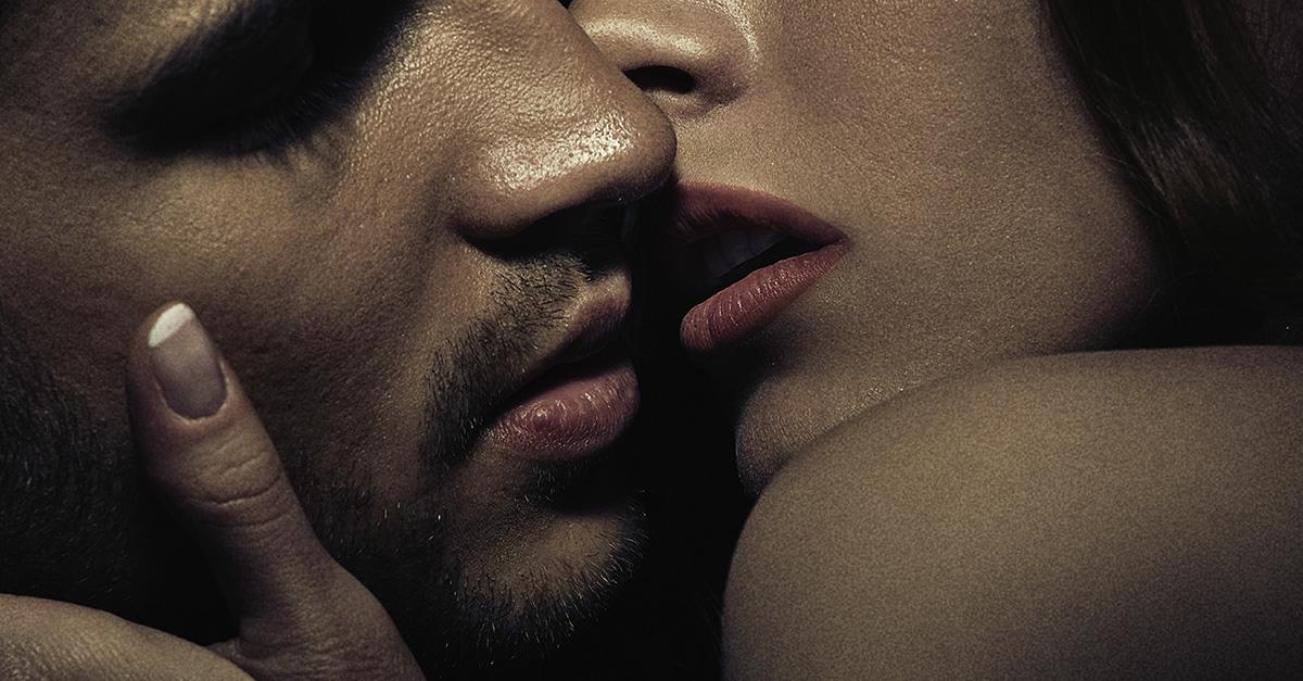 Красивая открытка женщина целует мужчину